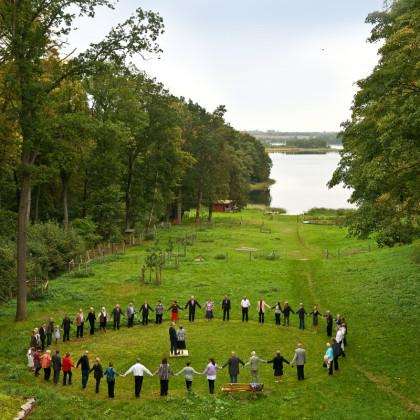 Alle Feiergäste bilden einen Kreis um das Jubiläumspaar