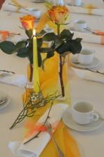 Gelbe Tischdeko für Feier