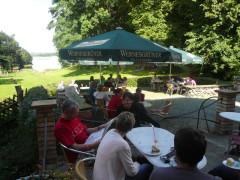 Terasse vom Gutshof-Café mit Blick auf den See