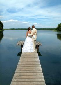 Hochzeitspaar vor dem See