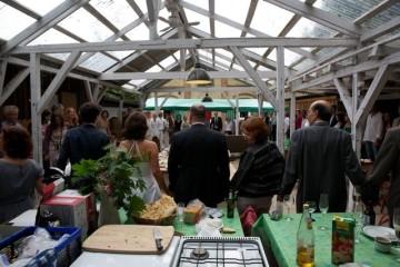 Festgesellschaft in der Sommerküche