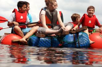 Schüler auf dem selbstgebauten Floß auf der Klassenfahrt