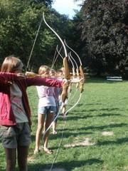 Mädchen beim Bogenschießen